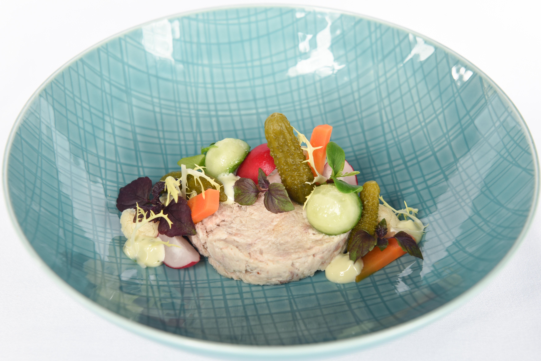 Rilette van makreel met ingelegde groenten.