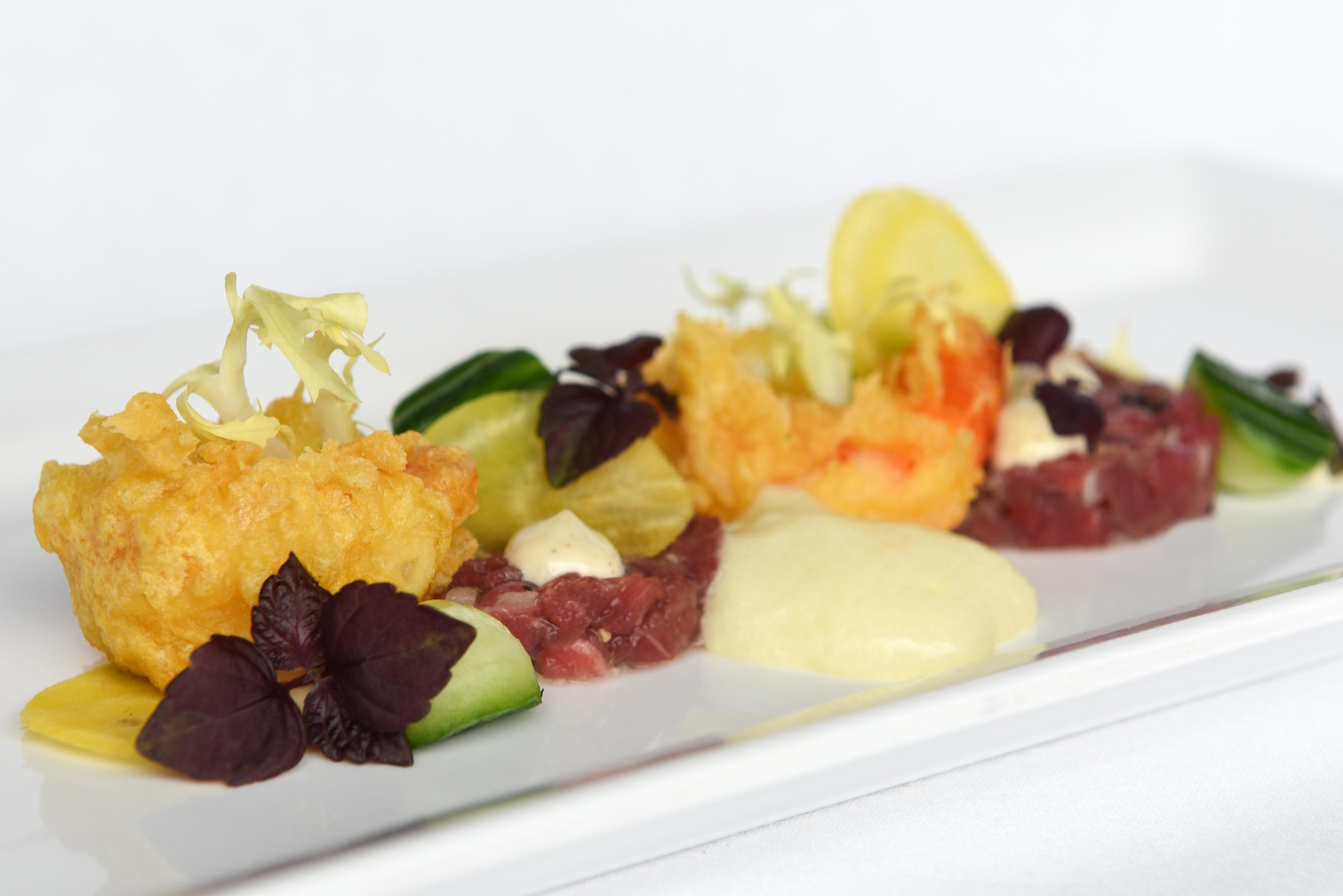 Rundertartaar met tempura garnalen, gele biet & schuim van kaas.