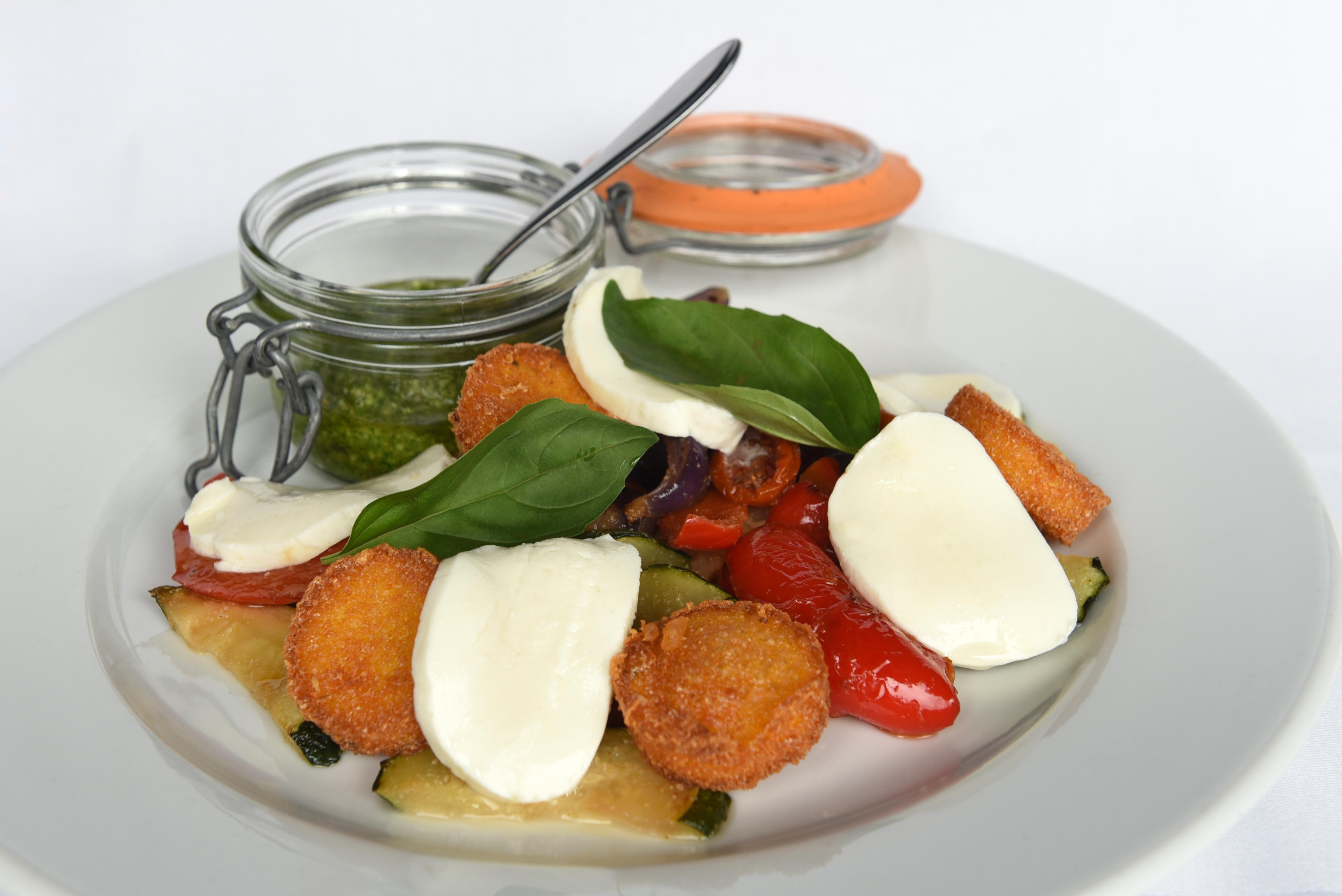 Gegrilde groeten met polenta, mozarella & pesto (vegetarisch).