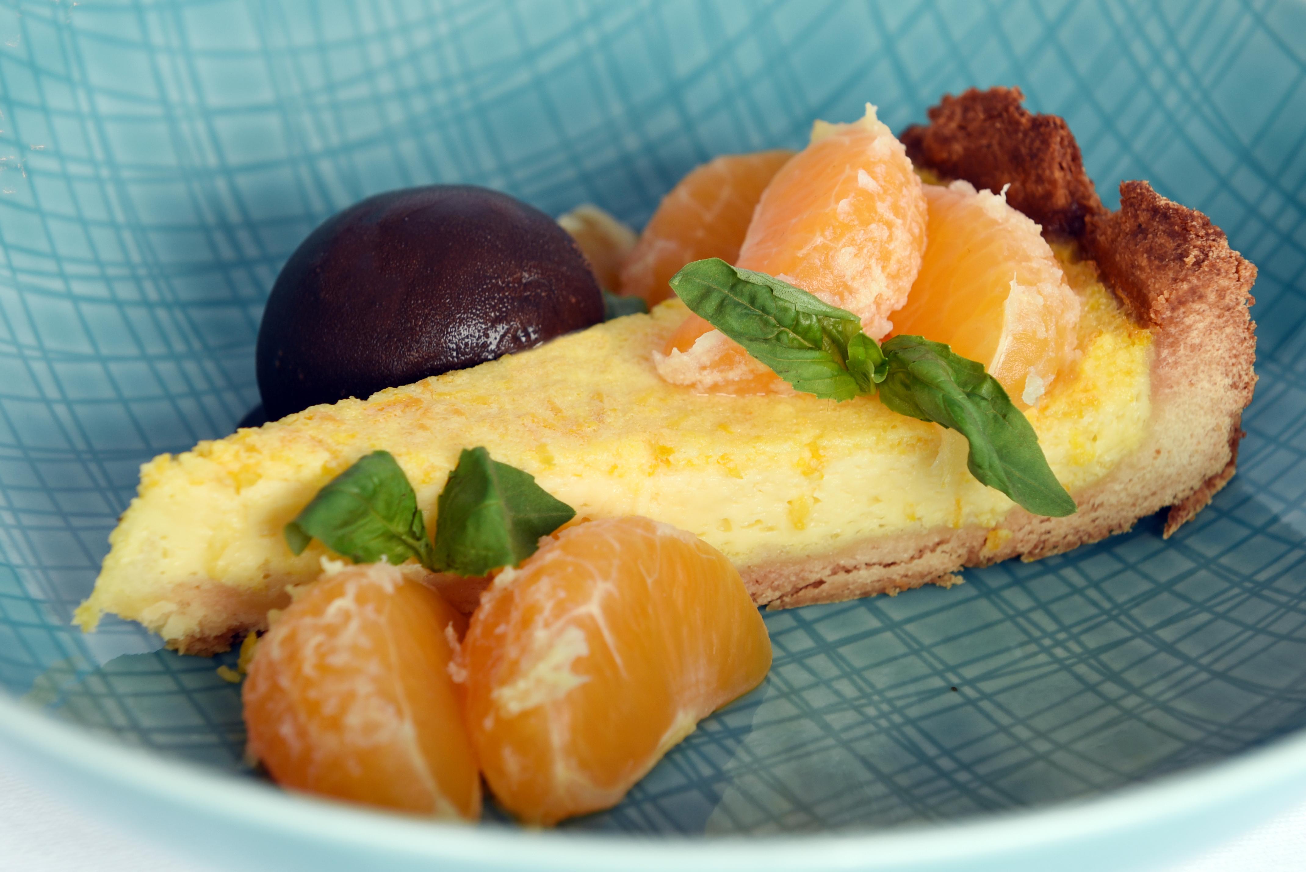 Sinaasappeltaartje met chocolade sorbetijs & gemarineerde mandarijnen.