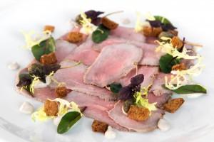 Kalfsrosbief met tonijnmayonaise, appelkappertjes en bietenblad