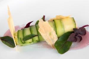 Cannelloni van komkommer gevuld met zalmmousse
