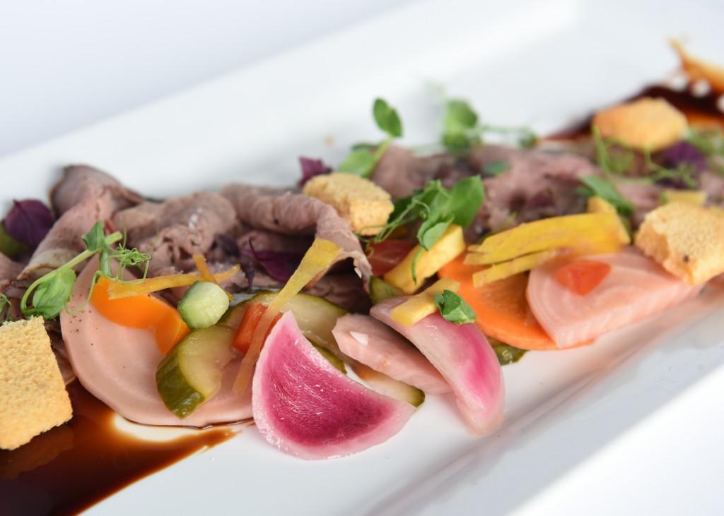 Gerookte runder ribeye met soja lak & zoetzure groenten.