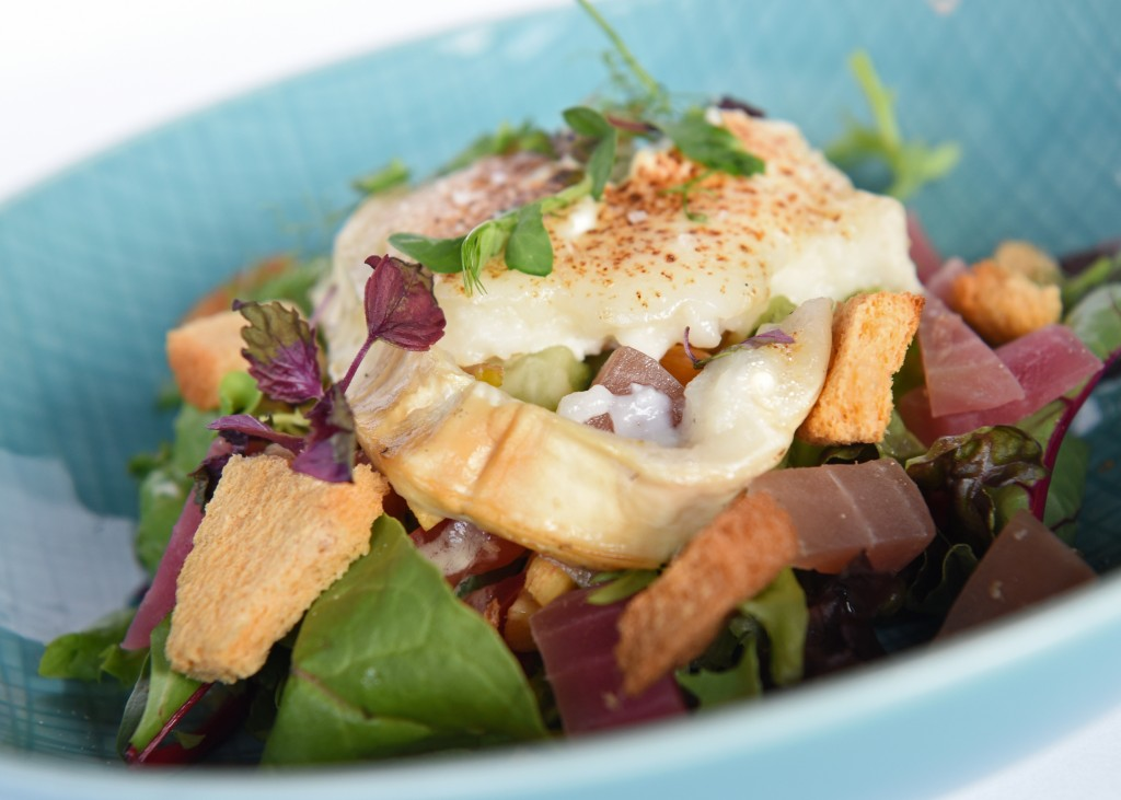 Salade lauwwarme geitenkaas met rode bietjes & honing-mosterddressing.
