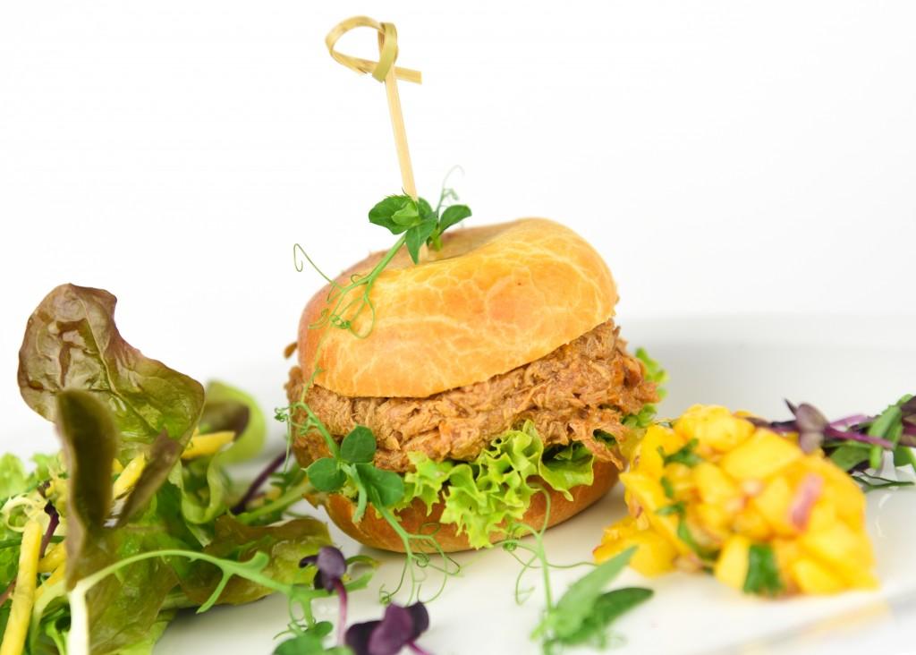 Hamburger van rund met harissa kruiden met zoete aardappelfriet