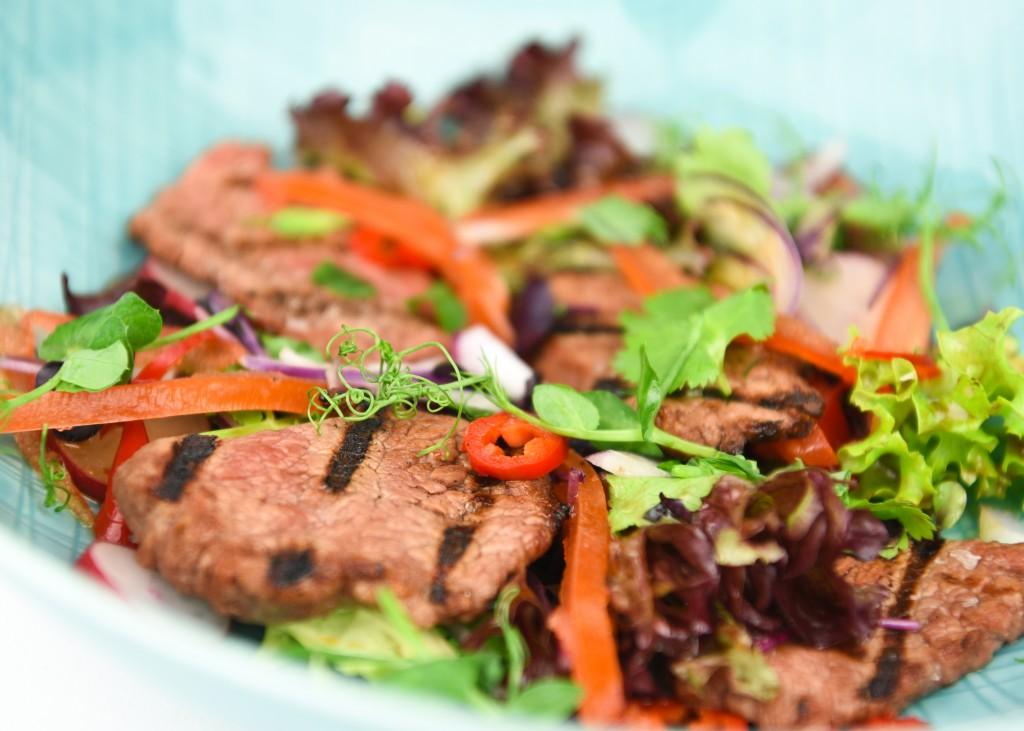 SThai beef salade met koriander, rode peper en rode ui