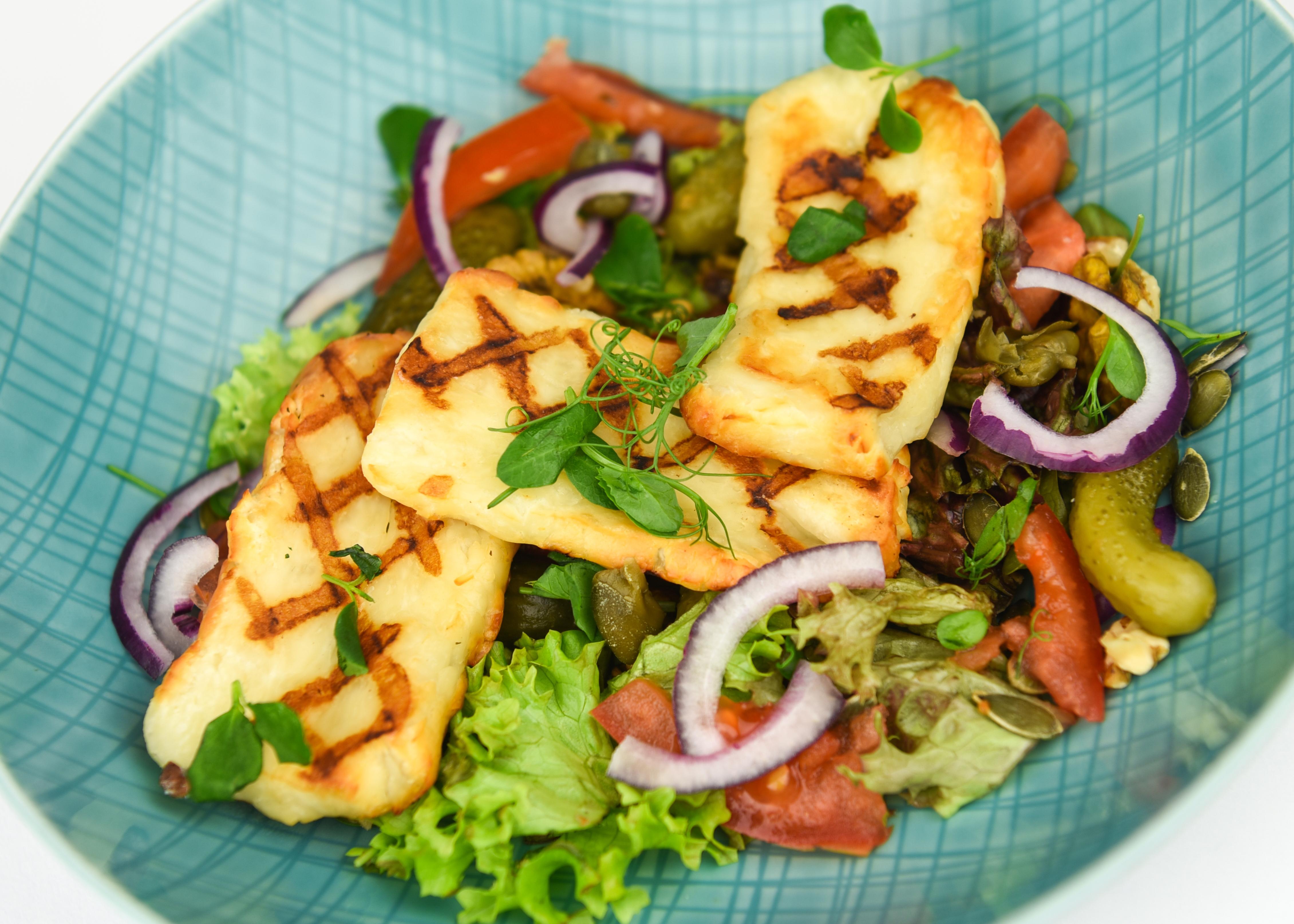 Salade met gegrilde Halloumi met sesamolie & chili vinaigrette.