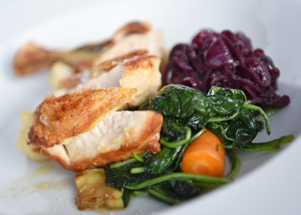 Parelhoen met uienchutney & spinazie.