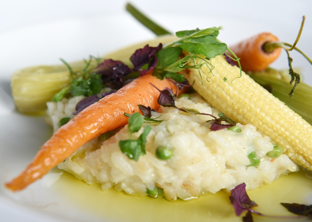 Risotto, doperwten en mini groenten (vegetarisch).
