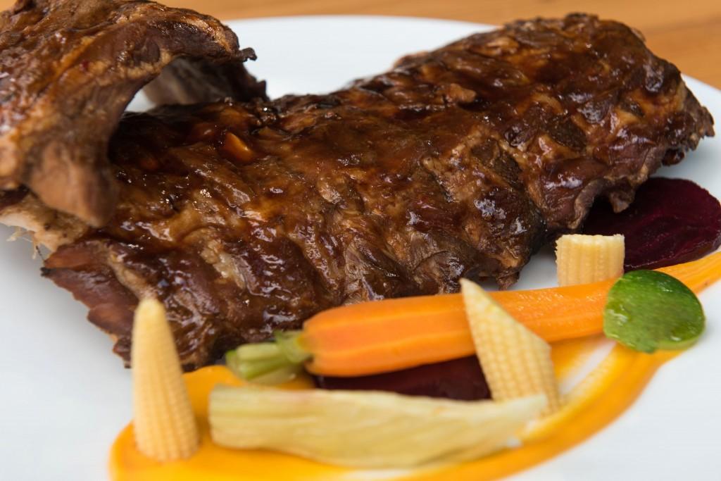 Huisgemarineerde spare ribs.